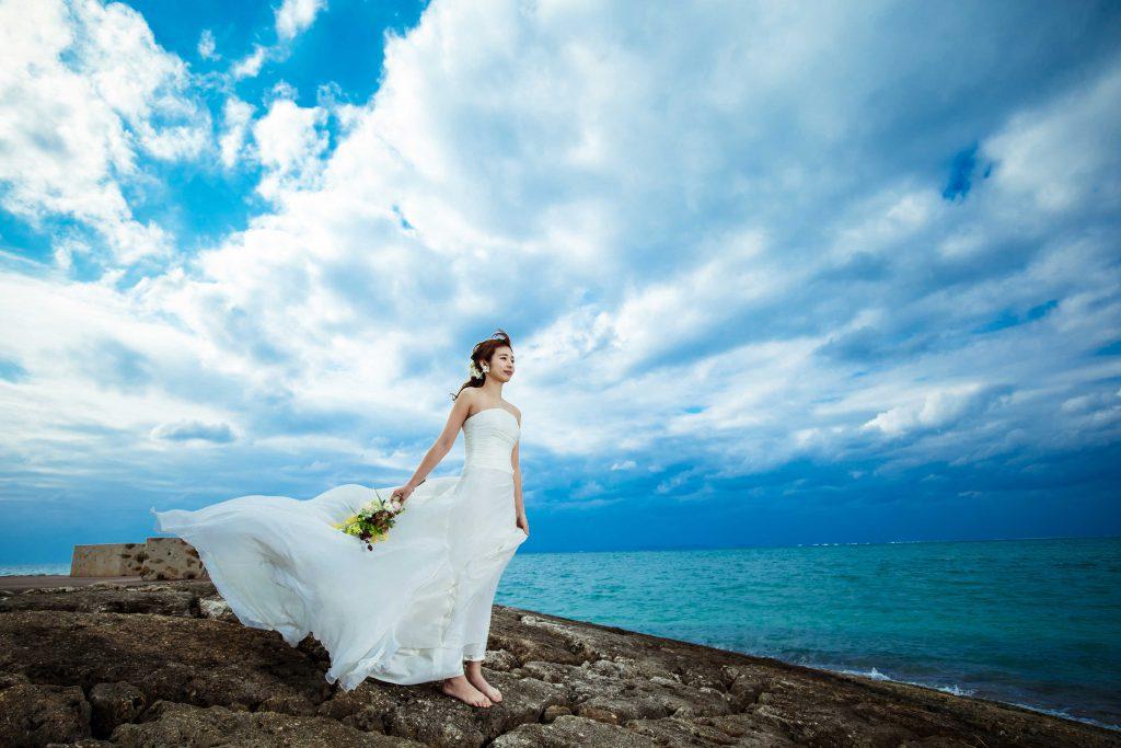 沖縄の海岩場でドレス撮影