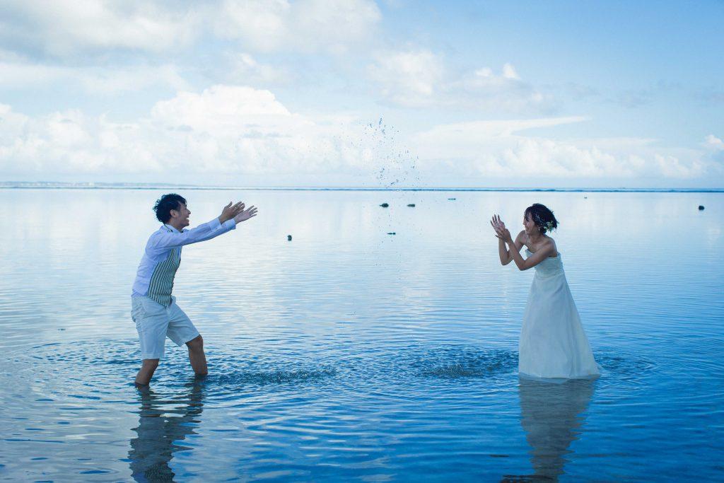 海辺で水掛けウェディングドレス