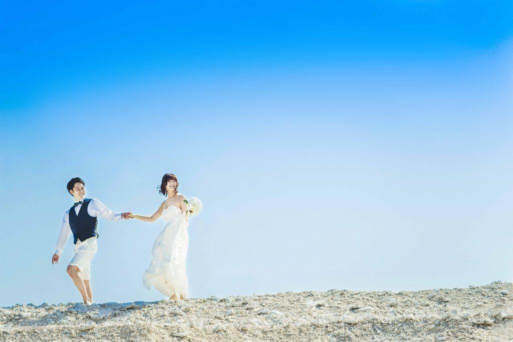 クエフ島の浜辺を歩く二人