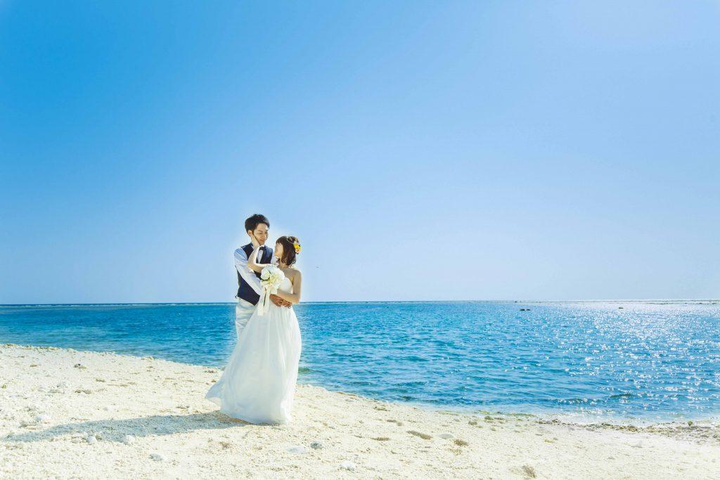 クエフ島の浜辺で見つめあう二人