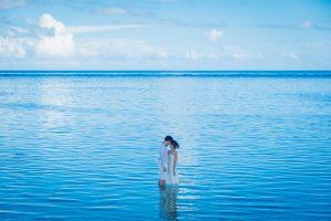 クエフ島の海で顔を合わせる