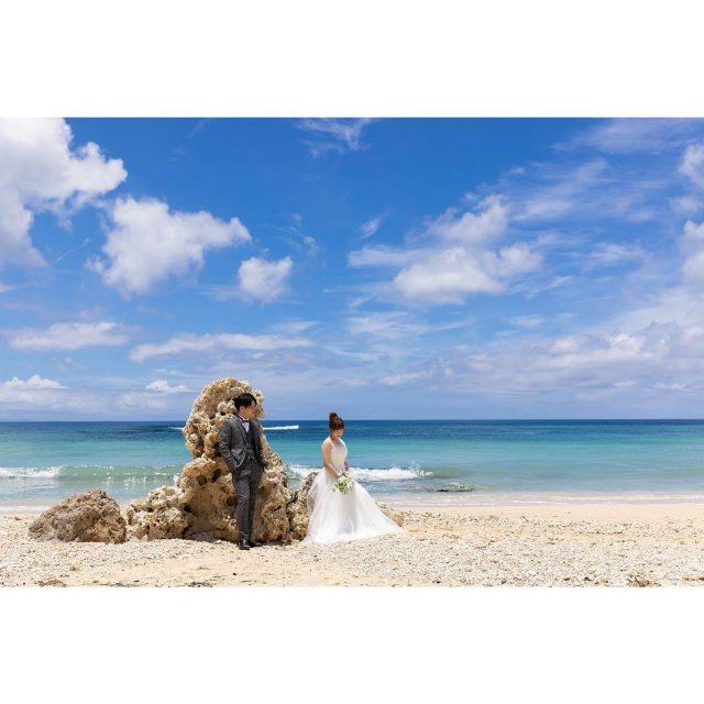 青い海と空!そして白い砂浜という最高なロケーションでの撮影💓☀️ ウェディングドレスとタキシードが、ロケーションとも相性抜群です!! 𓏸𓈒𓂃𓂃𓂃𓂃𓂃𓂃𓂃𓇼  〖 Bride costume 〗 dress⇢ A107  〖 Groom costume 〗 tuxedo⇢ GT100 𓏸𓈒𓂃𓂃𓂃𓂃𓂃𓂃𓂃𓇼  ------------------------------ プラン詳細はプロフィールのURLをクリック👆 もしくはフリーダイヤルかメール、LINEをお友達追加していただきトーク画面にてお問い合わせください✨ ☎︎: 098-987-6266 ✉︎: mrw-okinawa@marry-marble.com LINE:@949kluns . #marrymarble#marbleresortWedding#マリーマーブル#マーブルリゾートウェディング沖縄#フォトウェディング#ウェディングフォト#ロケーションフォト#ブライダル撮影#リゾートウェディング#リゾートウェディング沖縄#wedding#沖縄ウェディング#沖縄フォトウェディング#ビーチウェディング#絶景スポット#サンセット#沖縄#日本の絶景#前撮り#結婚式前撮り#沖縄フォト祭り#プレ花嫁#沖縄花嫁 #百名ビーチ