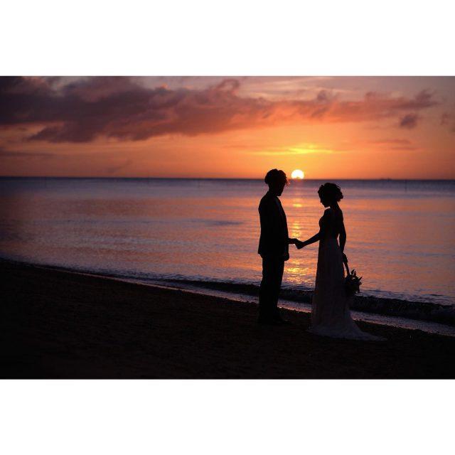 〖 サンセット撮影🌆 〗 ロマンチックなサンセット撮影😎 日中の爽やかなビーチでの撮影ももちろん素敵ですが、サンセットビーチの大人っぽい雰囲気の撮影もとても素敵なお写真になります🧚♀️ 𓏸𓈒𓂃𓂃𓂃𓂃𓂃𓂃𓂃𓇼   〖 Photographer 〗 ⇢joe Chiu  𓏸𓈒𓂃𓂃𓂃𓂃𓂃𓂃𓂃𓇼  ------------------------------ プラン詳細はプロフィールのURLをクリック👆 もしくはフリーダイヤルかメール、LINEをお友達追加していただきトーク画面にてお問い合わせください✨ ☎︎: 098-987-6266 ✉︎: mrw-okinawa@marry-marble.com LINE:@949kluns . #marrymarble#marbleresortWedding#マリーマーブル#マーブルリゾートウェディング沖縄#フォトウェディング#ウェディングフォト#ロケーションフォト#ブライダル撮影#リゾートウェディング#リゾートウェディング沖縄#wedding#沖縄ウェディング#沖縄フォトウェディング#ビーチウェディング#絶景スポット#サンセット#沖縄#日本の絶景#前撮り#結婚式前撮り#沖縄フォト祭り#プレ花嫁#沖縄花嫁 #百名ビーチ#ウェディングムービー